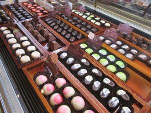 ショーケースに並ぶ宝石のようなチョコレート