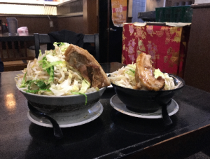左が野菜増、麺400gの写真。こちらも850円(税込)